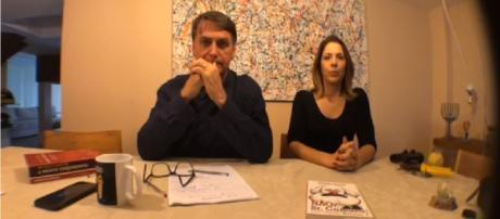 Jair Bolsonaro se preparando para discursar em transmissão ao vivo I Foto/Divulgação: Transmissão via Facebook