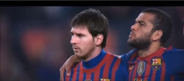 Messi e Dani Alves [Imagem via YouTube]