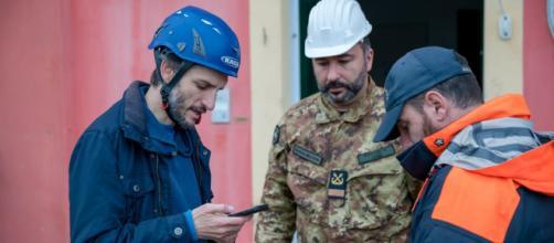 Il sindaco Paolo Donadoni (a sinistra) nei giorni della mareggiata (ph. Erdnacreative).
