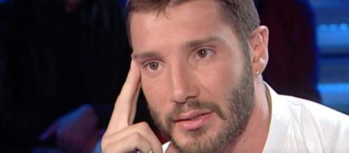 Stefano De Martino incuriosisce il gossip: 'Il mio cuore batte sempre'.