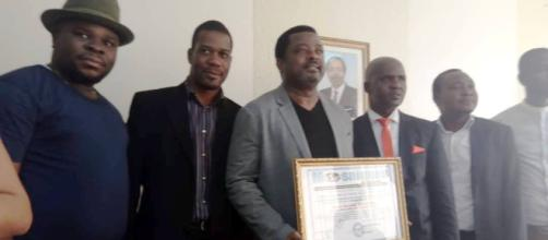 Le prince Théophile Kwendjeu recevant son prix (c) Théophile Kwendjeu