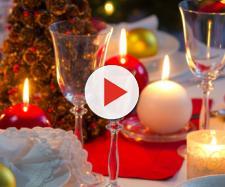 Luminárias e velas dão um ar sofisticado à mesa de Natal (Reprodução)