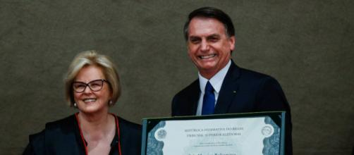 Presidente do TSE, ministra Rosa Webwer entrega diploma a Jair Bolsonaro (Reprodução)