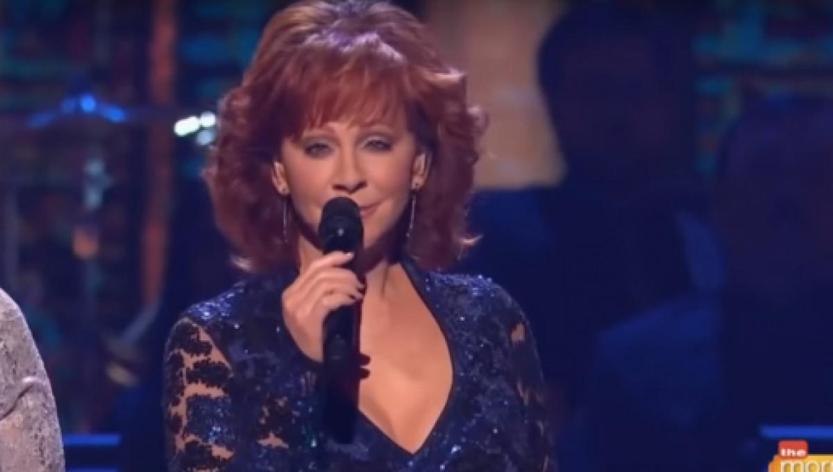 Reba Mcentire Christmas Guest.Reba Returns To 2018 Cma Country Christmas For A Swinging