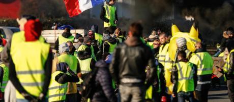 """Los """"chalecos amarillos"""" paralizan Francia"""