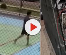 Homem segura criança de seis anos para seu filho bater. (Reprodução)