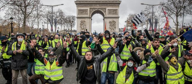 Gilet gialli, muore una donna travolta da un'auto a causa di un blocco stradale a Parigi