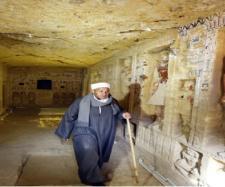 Chefe dos escavadores, Mustafa Abdo, anda pelo túmulo do sacerdote descoberto recentemente - Crédito da foto: AP Photo/Amr Nabil