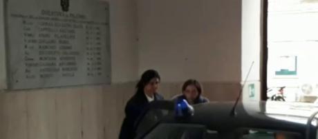 Il momento dell'arrivo in Questura di Salvatrice Spataro che ha ucciso il marito con la complicità di due figli.