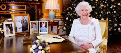 A rainha Elizabeth envolta pela decoração de Natal do Palácio de Buckingham. (Divulgação / Palácio de Buckingham)