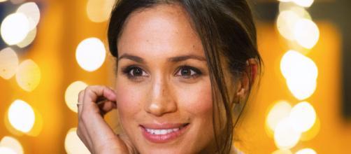Meghan Markle golden make up earrings
