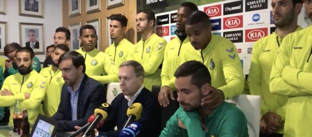 Nuno Pinto sentado à direita na conferência de imprensa onde foi anunciado o fim da carreira [Imagem via YouTube/Vitória FC]