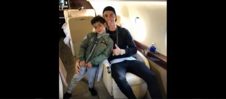 Cristiano Ronaldo com o filho (Imagem via Youtube)