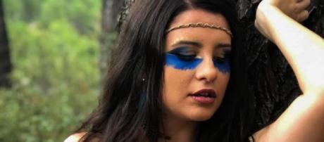 Thalía, en el videoclip de 'Quién quiero ser'. / YouTube