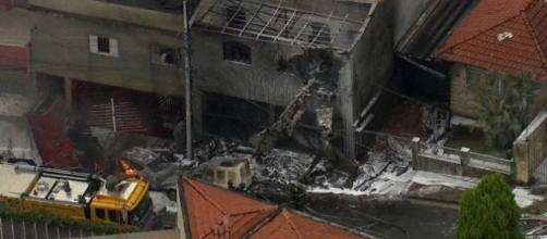 Avião cai em cima de casas deixando mortos. (foto reprodução)