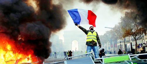 Gilet gialli mettono a ferro e fuoco Parigi