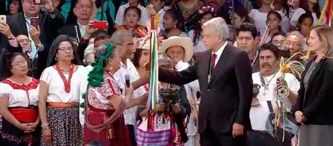 AMLO recibe Bastón de Mando de los pueblos indígenas