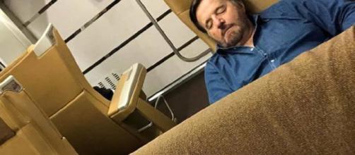 Christian De Sica si appisola in treno e finisce sui social grazie allo scatto di Massimo Boldi