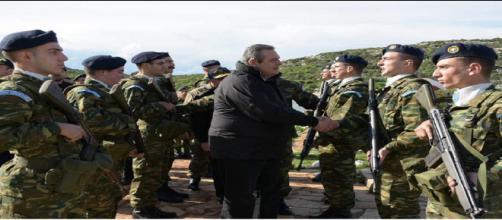 Panos Kammenos, ministro de Defesa grego, visita tropas na ilha de Leros. (Foto: reprodução do jornal grego Ekathimerini)