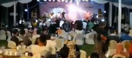 Onda gigante invade show da banda Seventeen durante tsunami na Indonésia (Foto/Reprodução)