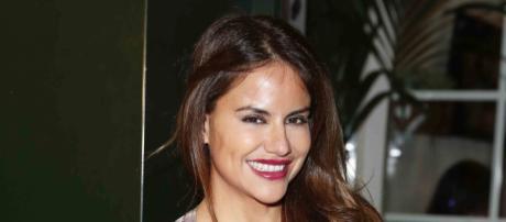 Mónica Hoyos posando en un evento - okdiario.com