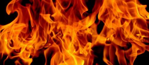 India, donna bruciata viva dal padre perché aveva sposato un uomo di casta inferiore.