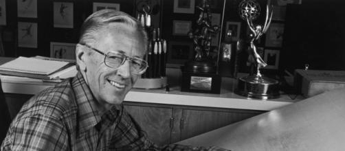 Charles M. Schulz posa mientras dibuja a su personaje Charles Brown