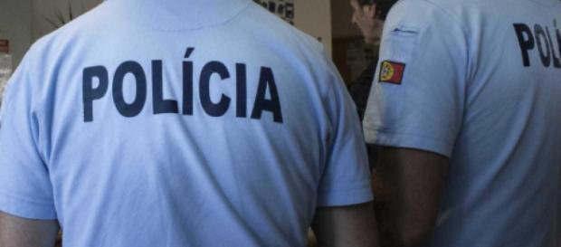 Dois agentes da PSP mesmo á civil detiveram um agressor que empunhava uma arma branca