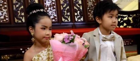 A jovem Kiwi e o garoto Guitar se casaram em uma cerimônia simbólica. (Divulgação/Daily Mail)