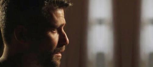 Gabriel entra na casa que pertenceu a seu pai e se emociona. (Reprodução)