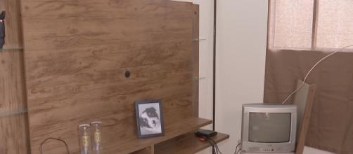 Na sala onde estava a TV de 49 polegados tem agora apenas o quadro do cãozinho, que também foi levado por ladrões. (Reprodução)