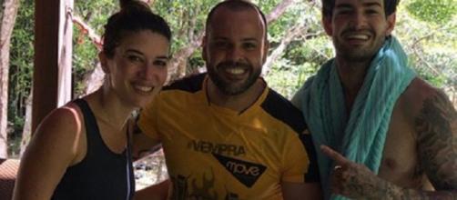 Rebeca Abravanel e Alexandre Pato ao lado do Personal Trainer do jogador em Trancoso/BA. (Reprodução/Instagran)