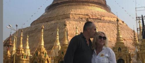 Antonella Clerici in Birmania con il compagno.