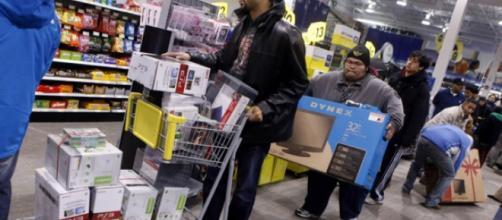 Cul-de-sac consumériste | Le Devoir Le Devoir Ruée sur les produits électroniques dans un magasin Best Buy, à New York, avant