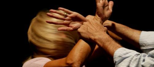 Roma, arrestato marito violento: picchiava e minacciava la moglie | gds.it