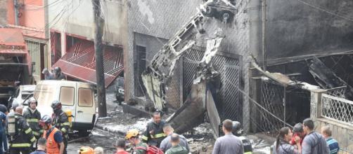 Avião bateu no segundo andar da casa.