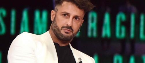 Fabrizio Corona nel caos: insulto omofobo in diretta tv e perdita di un dente su Instagram.