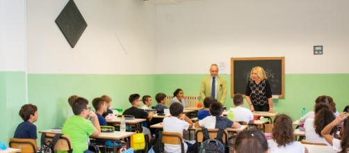 Aula scolastica con alunni e insegnante