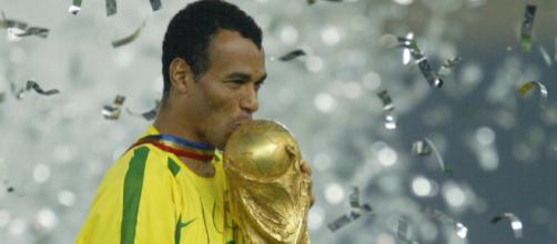 Cafu levantando a taça da Copa do Mundo de 2002. (foto reprodução)