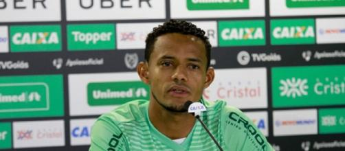 Ernandes, lateral-esquerdo do Goiás, pode causar nova confusão no futebol brasileiro (Foto: Rosiron Rodrigues)