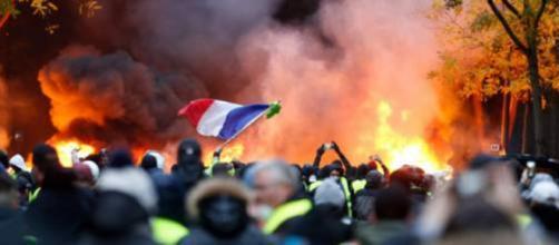 Macron cede, i Gilet gialli hanno vinto