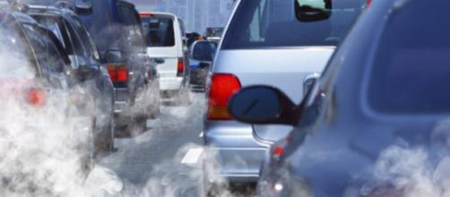 Nuove tasse per auto le inquinanti e incentivi per le auto elettriche: le novità nella manovra