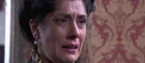 Trame Una Vita: Rosina si dispera dopo aver scoperto che non è incinta.