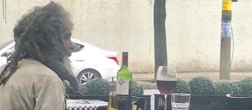 Foto do morador de rua em restaurante de bairro nobre de BH (Reprodução/Daniela Zapata/Instagram)