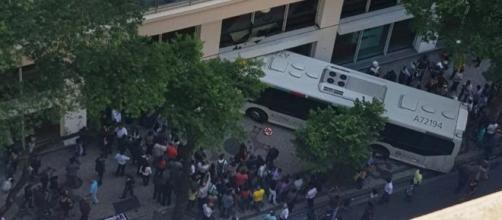Ônibus só não entrou totalmente porque ficou preso na fachada. (foto reprodução).