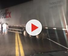 Caminhão foi usado para bloquear a via.