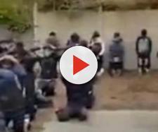 Francia, studenti francesi obbligati dalla Polizia a mettersi in ginocchio.