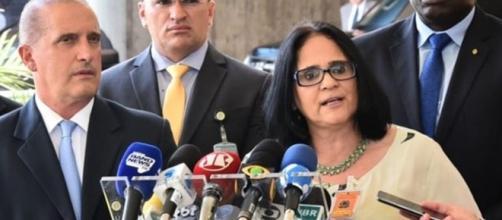 Damares Alves e Onyx Lorenzino no anúncio da nova ministra (Rafael Carvalho/ Governo de Transição)