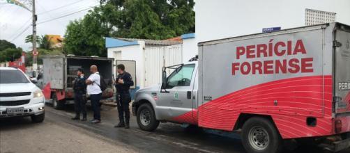 Dois carros foram usados para transportar os corpos. (foto reprodução).