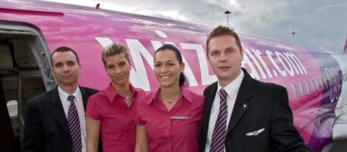 Tripulação da companhia aérea Wizz Air. (Reprodução: Arquivo promocional da empresa)